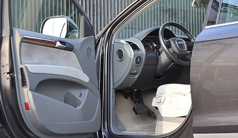 how does locksmith unlock car door